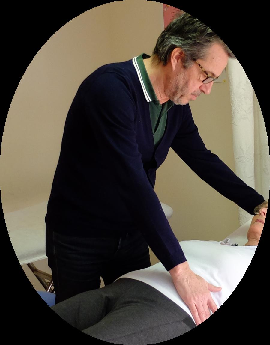 Jean-Yves Lacherie pendant une séance de microkiné avec une patiente