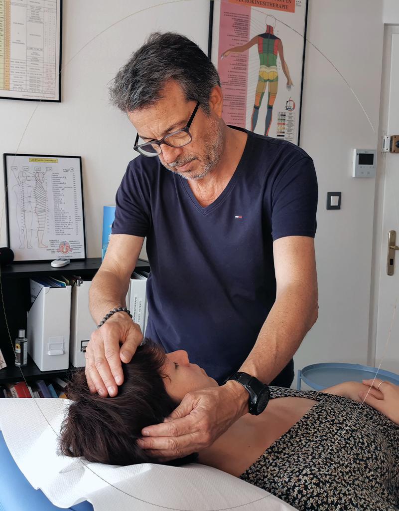 Séance de microkinésithérapie avec Jean-Yves Lacherie